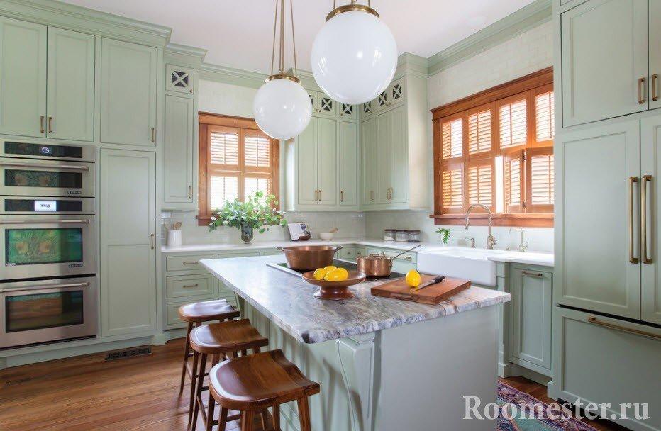 Выигрышное сочетание мяты и дерева в интерьере кухни