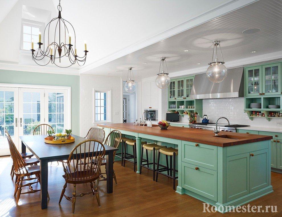 Интерьер кухни с сочетанием мятного оттенка, дерева, стекла и металла