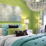 Интерьер спальни в сочетании мятных цветов с оттенками синего