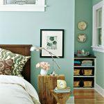 Деревянные полы и мебель в нежно мятной комнате