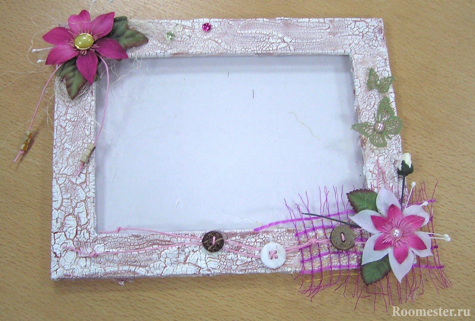 Украшение рамки с помощью искусственных цветов