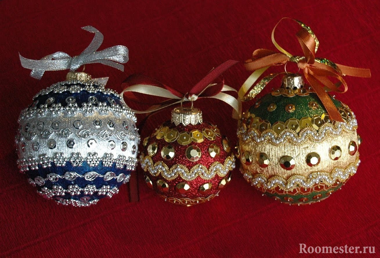 Новогодние шары украшены бисером