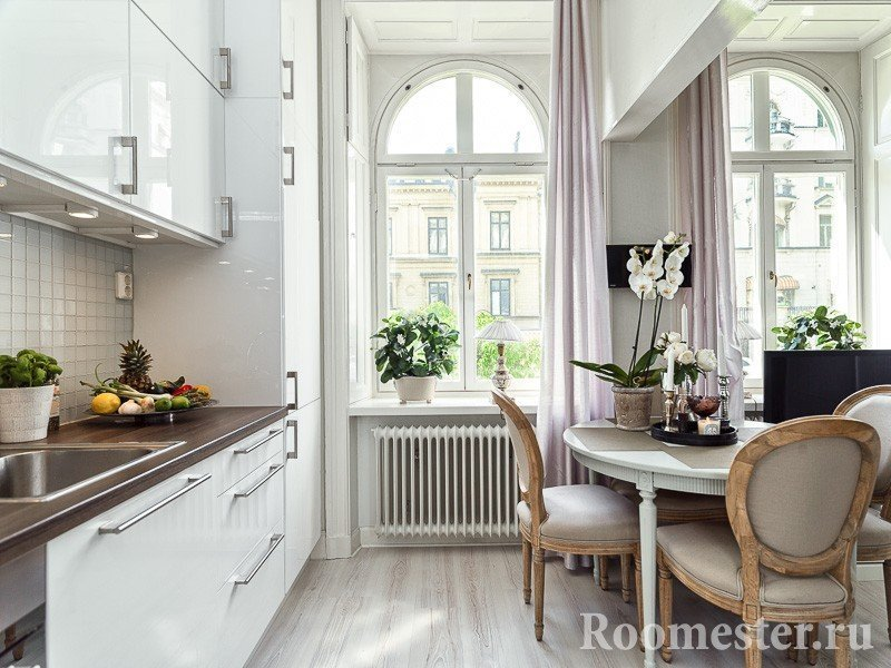 Современная кухня в классическом интерьере