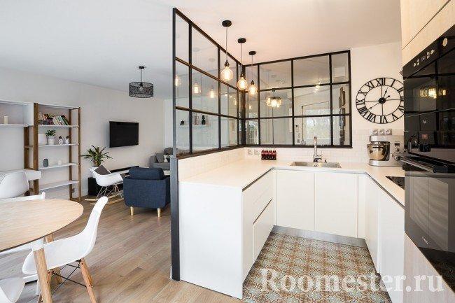 Зонирование п-образной кухни от гостиной и столовой