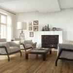 Современная мебель в гостиной с камином