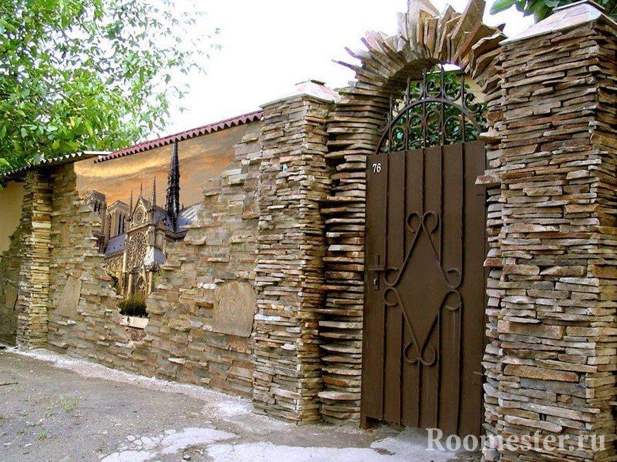 Красивый забор с росписью