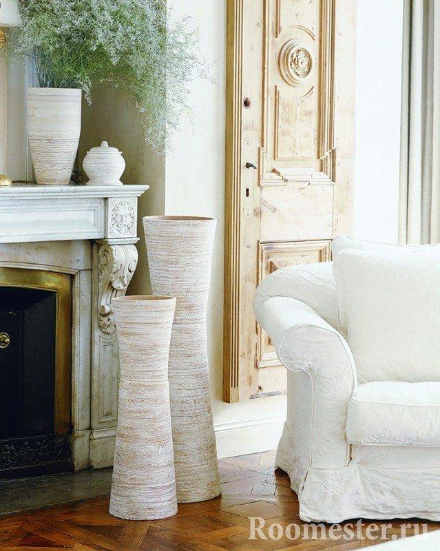 Декор гостиной с камином вазами