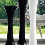 Три вазы возле окна