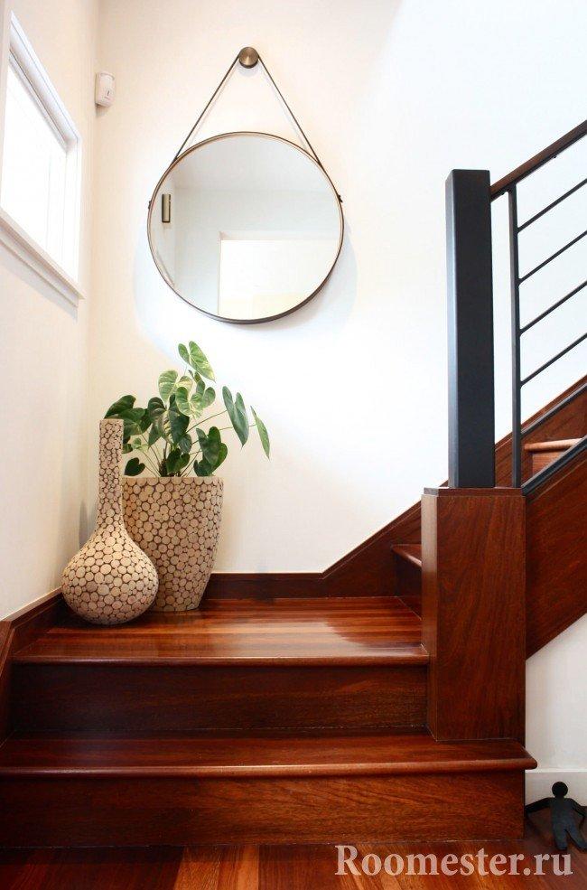 Вазы на лестнице в доме