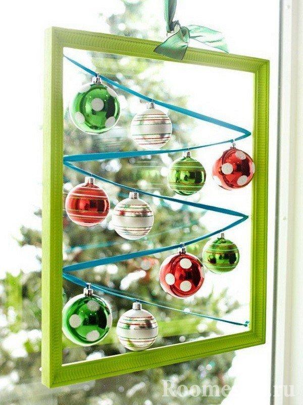 Стеклянные шары в рамке на окне