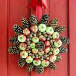 Шишки и яблоки на венке