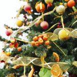 Украшение елки фруктами