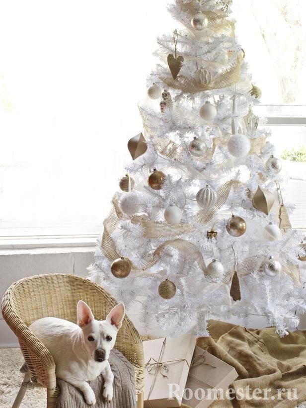 Белая елка с золотыми и белыми шарами