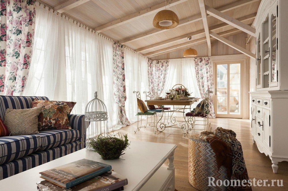 Гостиная в доме с панорамными окнами