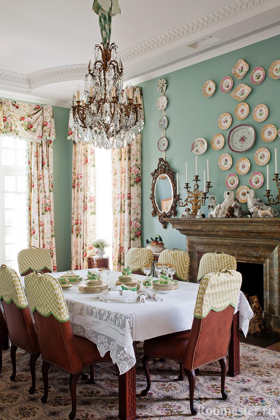Украшение стены столовой тарелочками