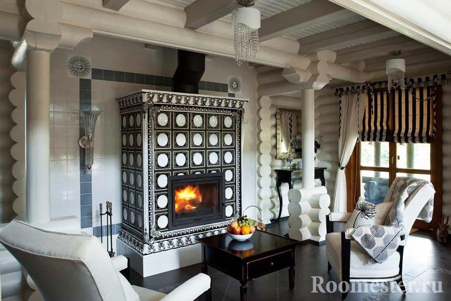 Современная гостиная в русском стиле с камином