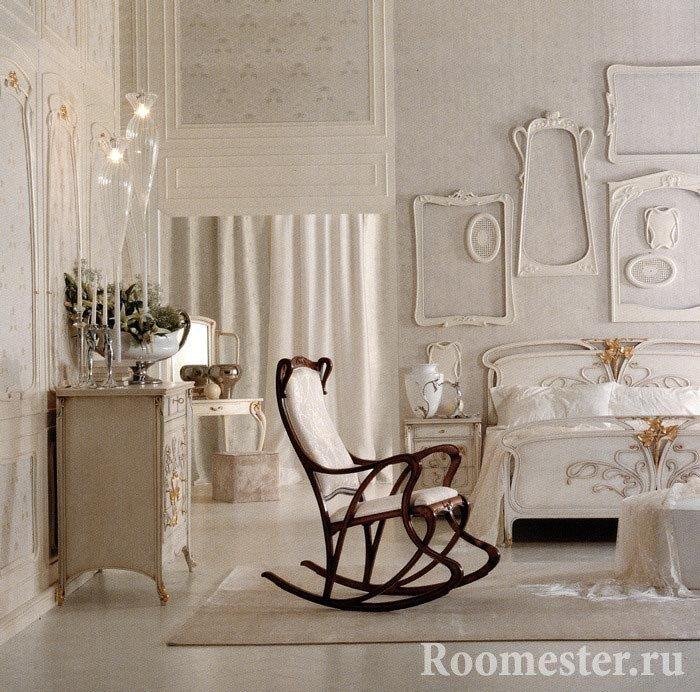 Молдинги и рамки на стене спальни