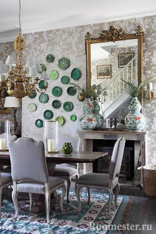Декор гостиной-столовой с камином