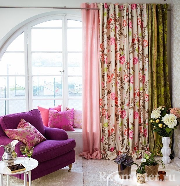 Три шторы в разных цветах