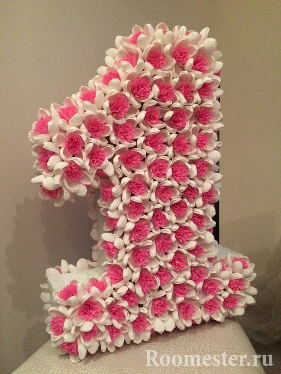Бело-розовые цветы на цифре