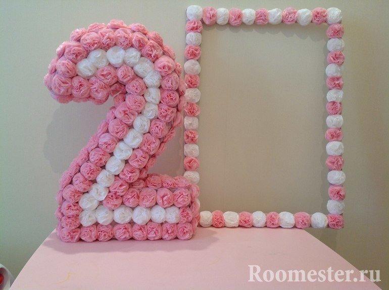 Цифра украшенная цветами из гофрированной бумаги