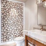 Стена в ванной из спила бревна