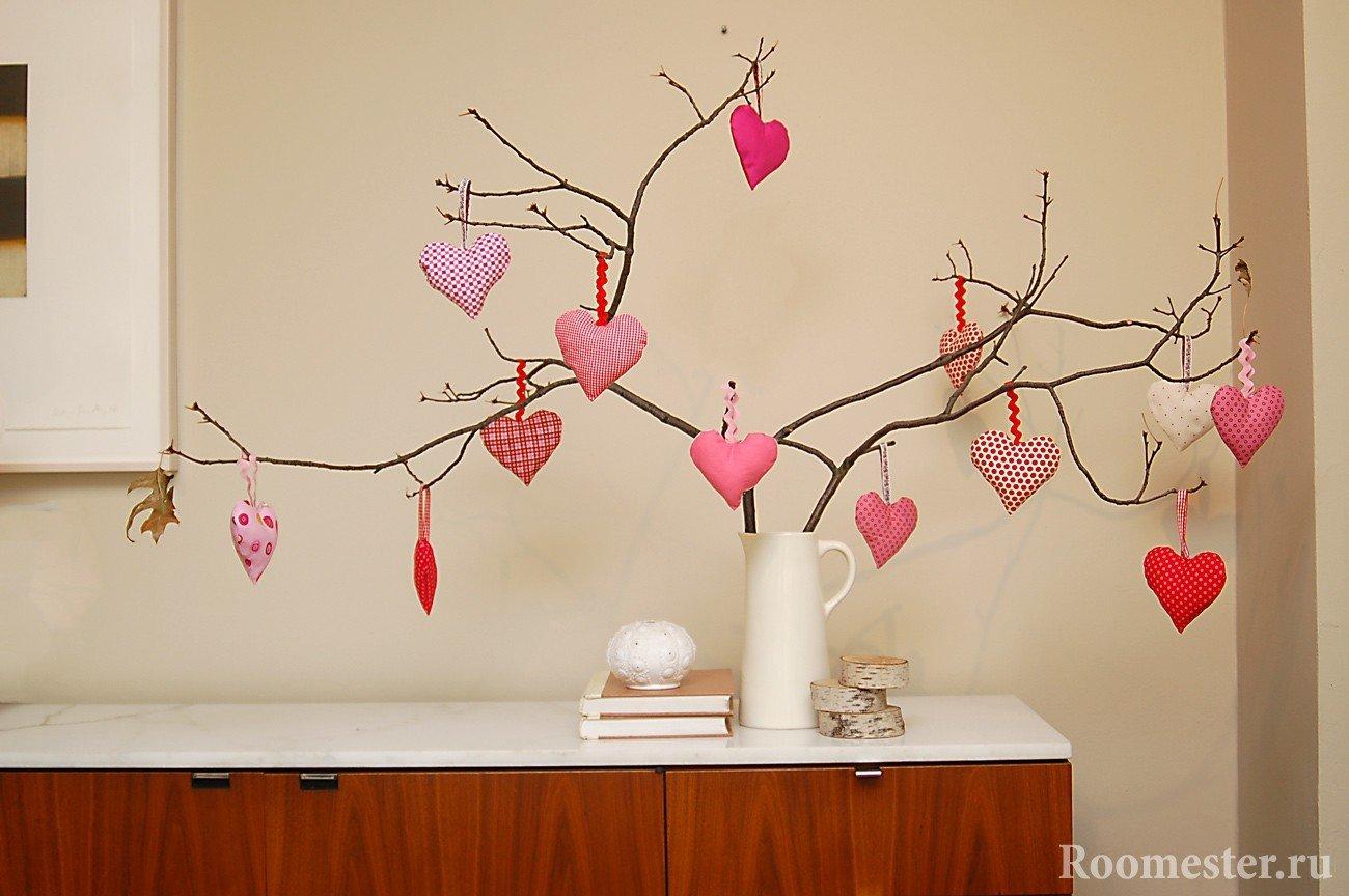 Ветки деревьев украшенные сердечками из фетра