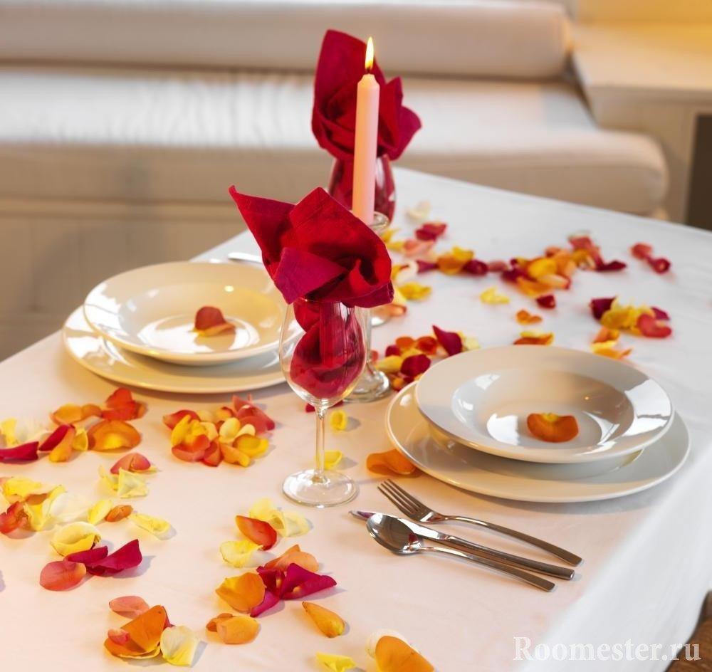 Простое украшение стола лепестками роз