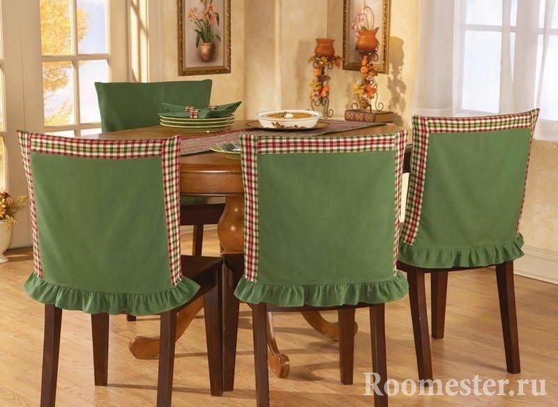 Обновить старые стулья можно с помощью чехлов