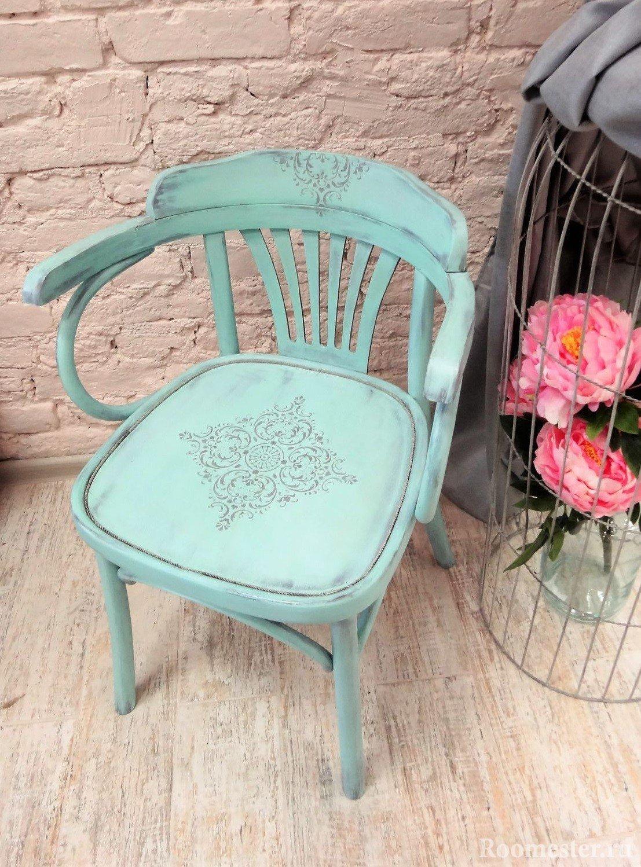 Декор стула при помощи трафарета и краски