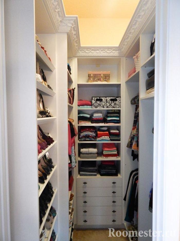 Узкая гардеробная комната