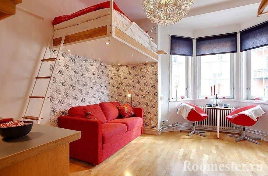 Кровать-чердак под потолком для квартиры студии