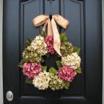 Праздничный венок на дверь из весенних цветов