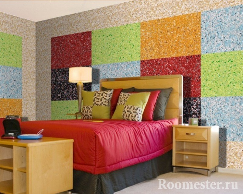 Спальня с ярким интерьером