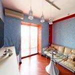 Интерьер с голубыми обоями и красными окантовками