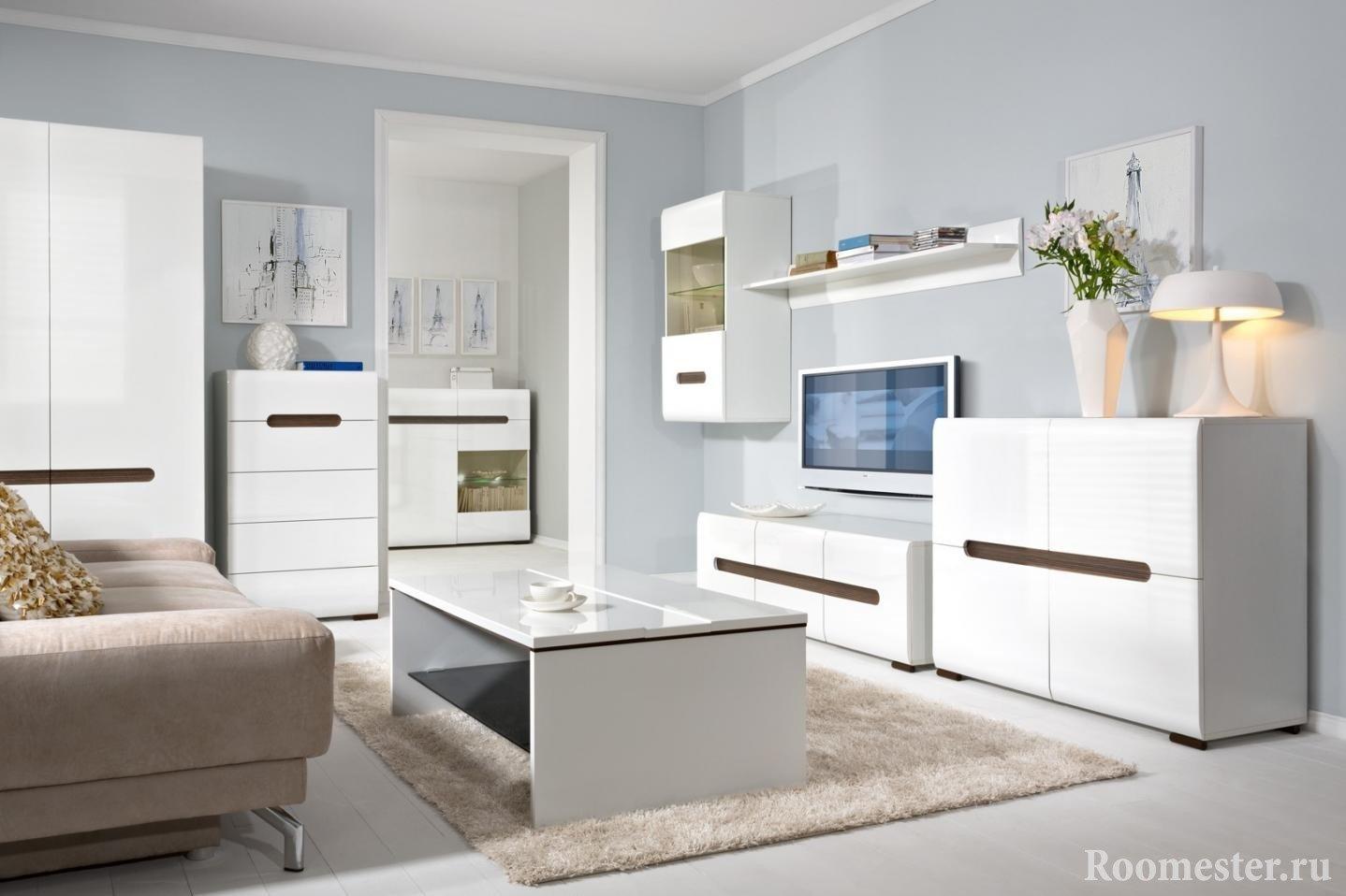 Белые столик, шкаф и тумбы в зале