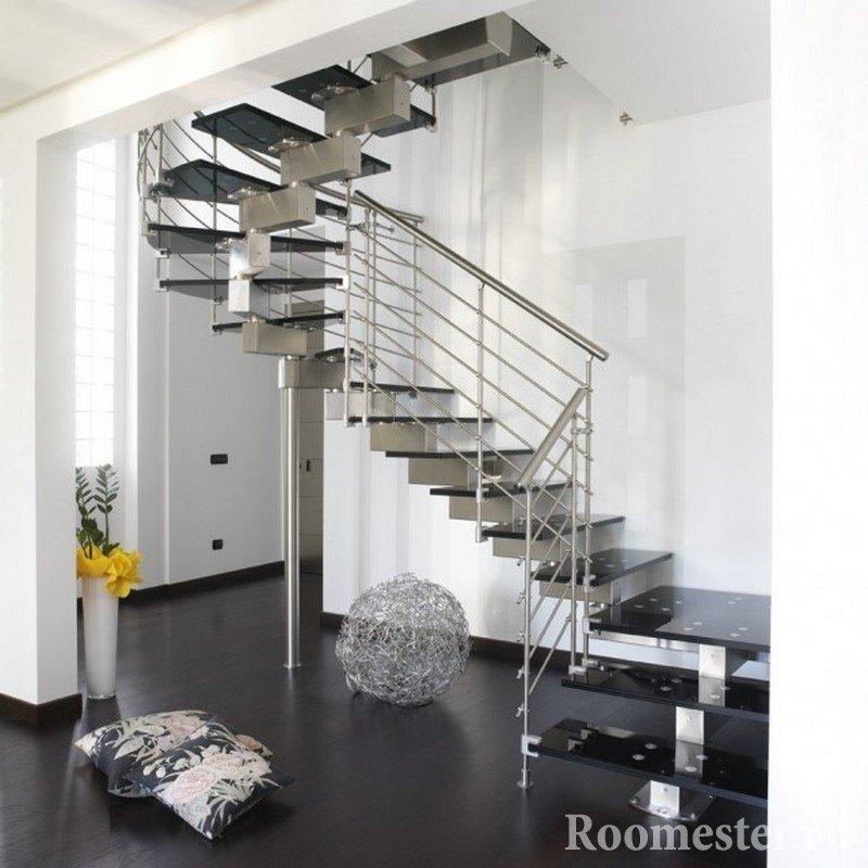 Металлическая лестница в белой комнате