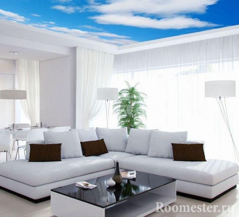 Голубое небо с облаками на потолке