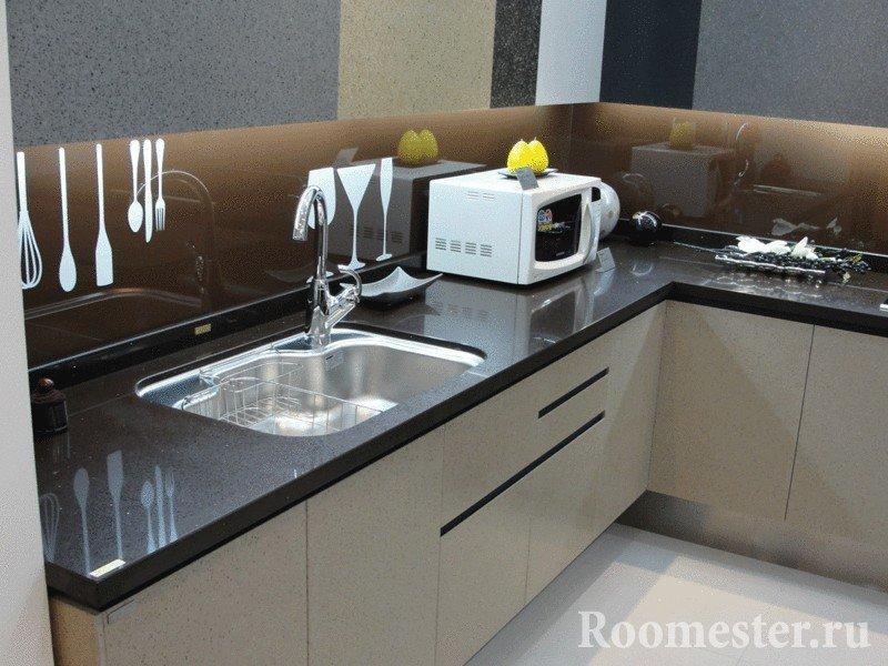 Белые шкафы и гранитная столешница на кухне