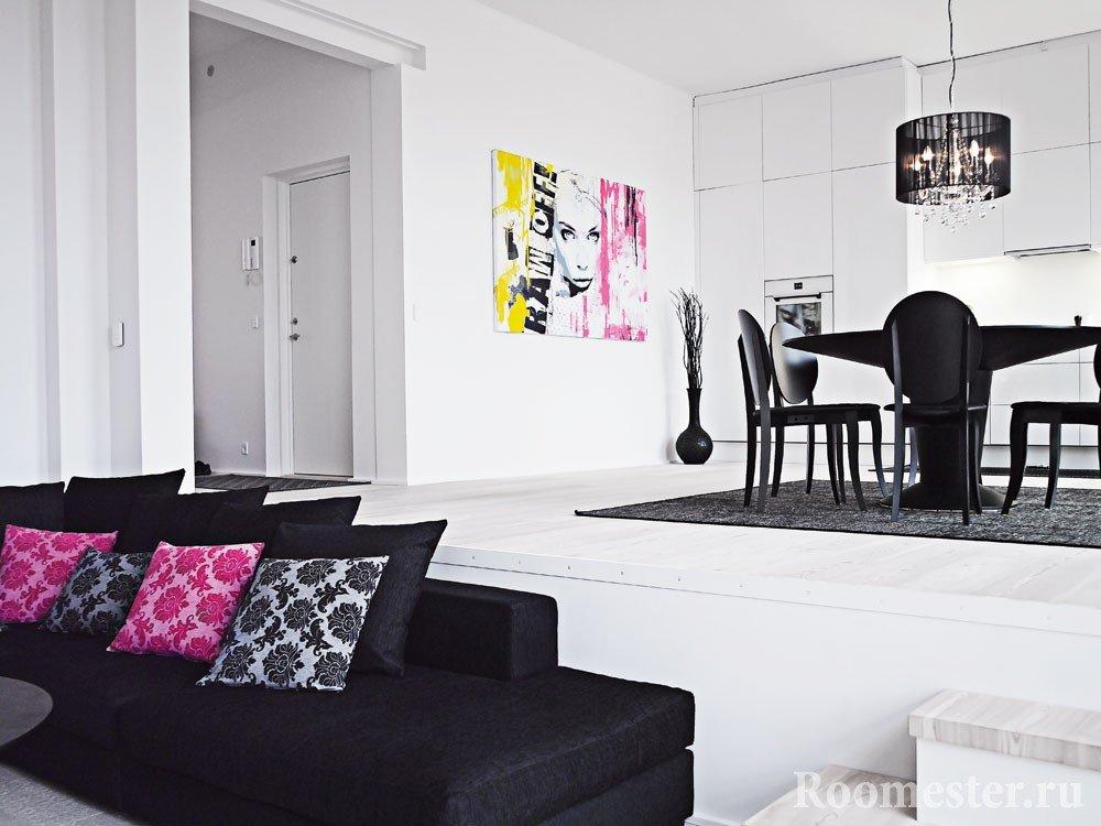 Белый интерьер с яркими подушками и картиной