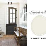 Черная дверь и белые стены в прихожей