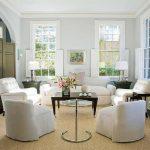 Комната с белой мебелью и коричневым столиком