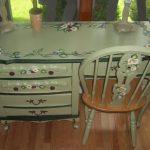 Стол с узорами из цветов