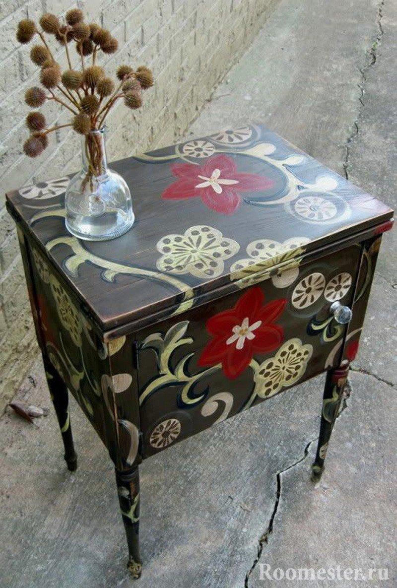 Столик с цветами и узорами
