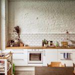 Кухня с декором под кирпич