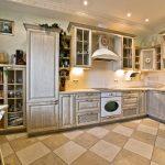 Плитка в серо-белый квадрат на полу кухни