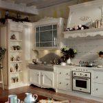 Полка с часами и цветами на кухне