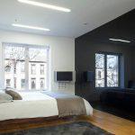Черная глянцевая стена в интерьере спальни