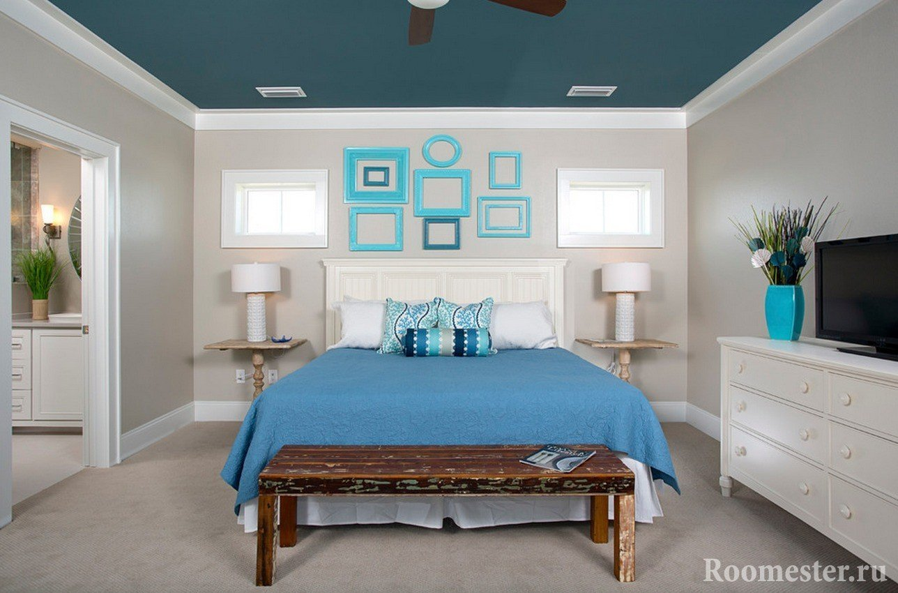 Бело-синий интерьер спальни