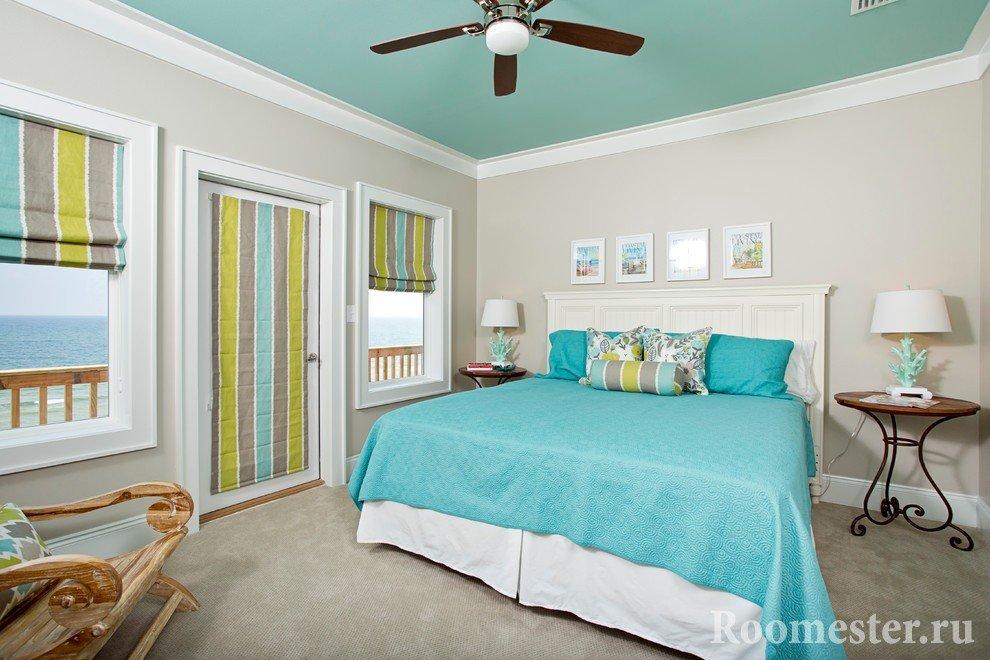 Вентилятор на потолке над кроватью